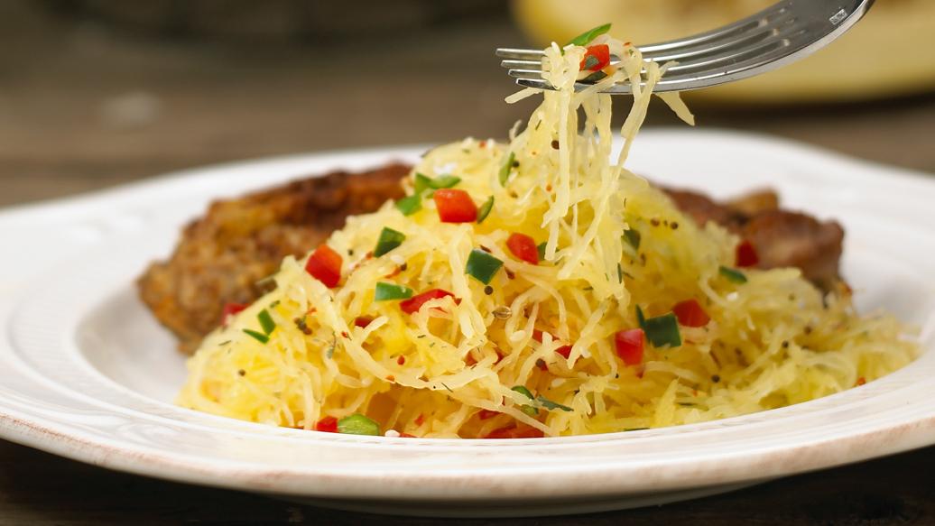 Courge spaghetti avec poivrons - Cuisiner courgette spaghetti ...